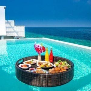Khay đồ ăn nổi trong bể bơi