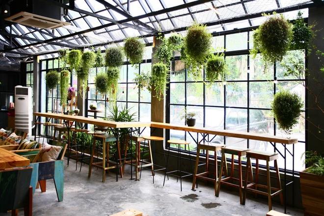 Cách sắp xếp bàn ghế quán cafe là tận dụng cửa sổ quán